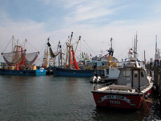 De vissershaven van het dorp Oudeschild met afgemeerde motorboot en vissersboten.