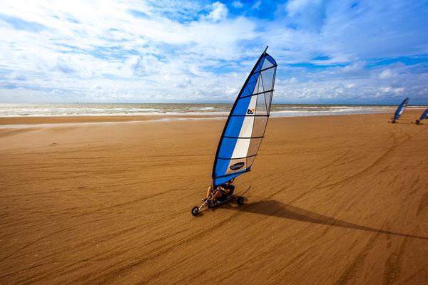 """<img src=""""image.png"""" alt=""""Blokarts op het strand van Texel in actie"""">"""