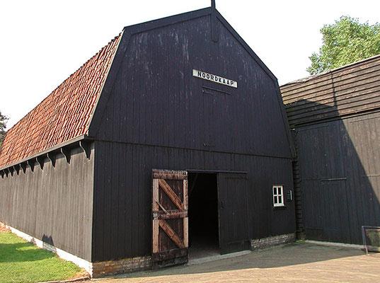 """<img src=""""image.png"""" alt=""""Wierschuur van museum Kaap Skil te Oudeschild, Texel"""">"""