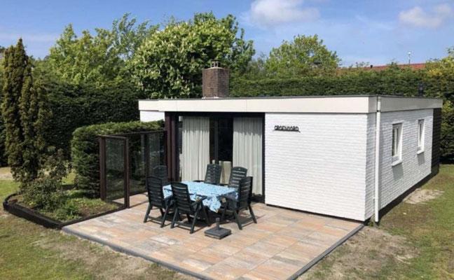 """Terras van vakantiehuis """"Groenoord"""" op bungalowpark """"De Parel"""", Texel."""