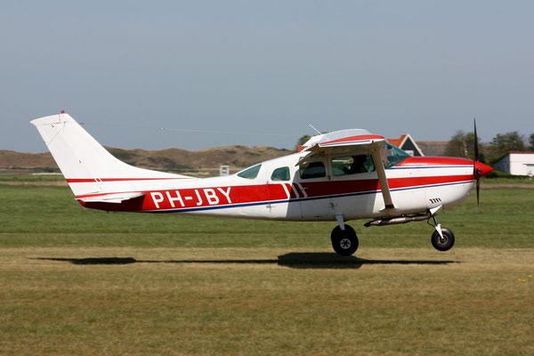 """<img src=""""image.png"""" alt=""""Een zojuist op Texel Airport gelande Cessna 172 """">"""