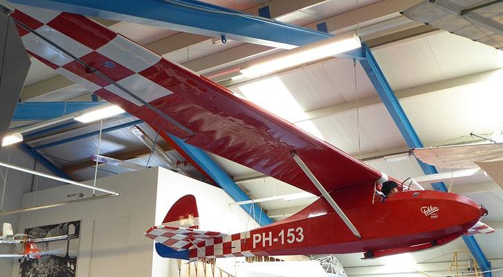 "<img src=""image.png"" alt=""Fokker zweefvliegtuig PH-153 in het Luchtvaart- en Oorlogsmuseum op Texel"">"