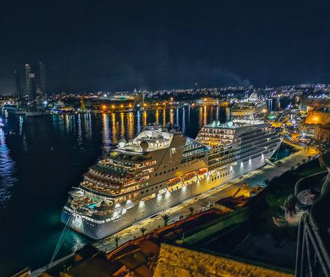 Beleuchtetes Kreuzfahrtschiff Valletta