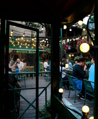 Tbilisi Sehenswürdigkeiten belebte Gassen und Restaurants