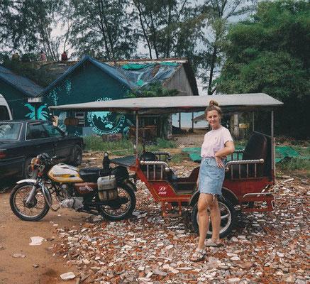 Lisa neben einem TukTuk in Kambodscha