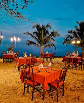 Dinner direkt am Strand im Cashew Grove Resort auf Busuanga