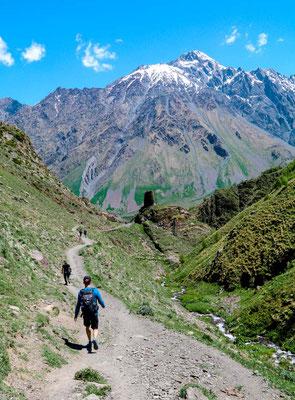 Stepanzminda Wanderung Gergeti Kirche Kaukasus