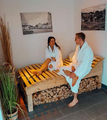 Relaxarea im Saunabereich mit Zirbenholz