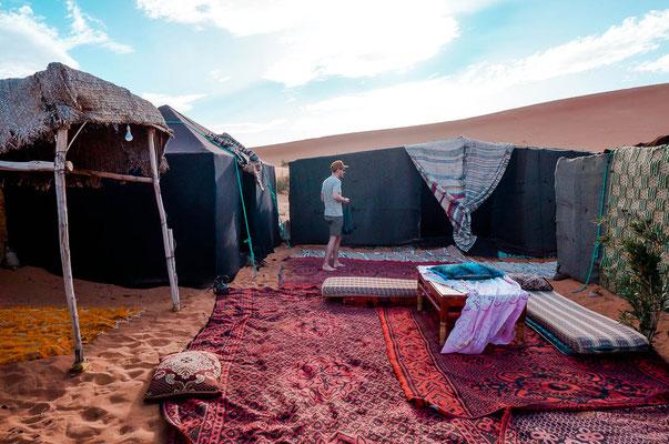 Ein Camp als Übernachtungsmöglichkeit in der Wüste Marokkos
