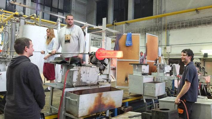Arbeit und Herstellungsprozess in der Glasfabrik