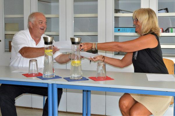 Die Vorsitzenden der Trägervereine, Irene Träxler (Bavaria Bohemia e.V.) und Josef Schönhammer (Akademie Ostbayern-Böhmen e.V.) tauschen die Vertragsurkunden.