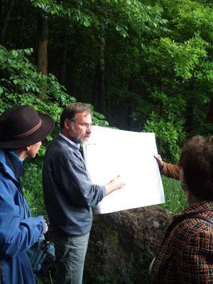 Dr. Peterek vom Geopark Bayern-Böhmen erklärt die Geologie am Vulkan Kammerbühl