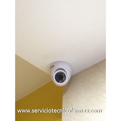 Detalle de cámara de seguridad en zaguán