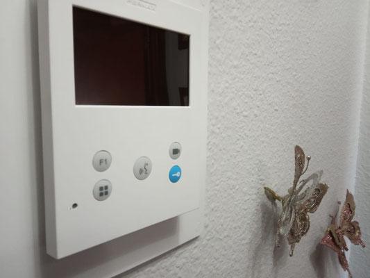 Detalle de Monitor VEO-XS sobre pared blanca