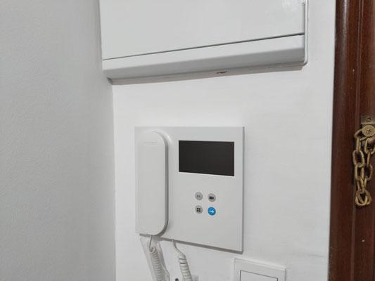 Ejemplo de monitor VEO DUOX PLUS instalado en casa de un vecino de la comunidad.