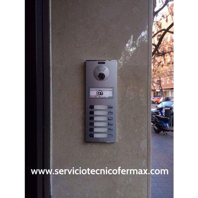 Detalle de placa exterior fermax con videoportero