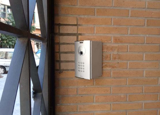 Nueva placa de Fermax con distancia de seguridad a la puerta de la cancela