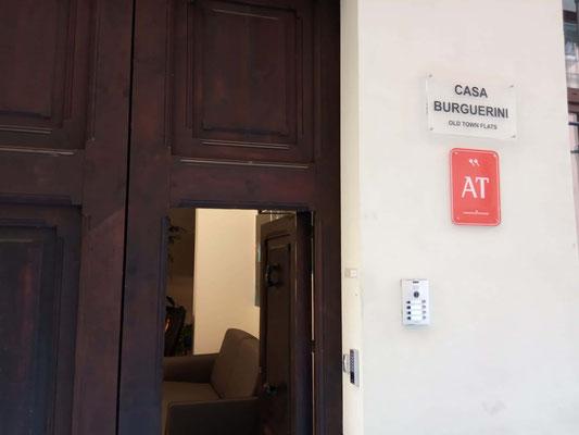 Detalle placa de entrada y desplazamiento de accesos en Casa Burguerini