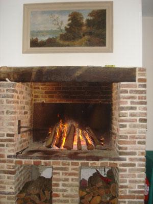 Une grande cheminée permet de faire des grillades.