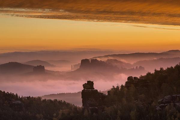 Sonnenaufgang über den fernen Affensteinen
