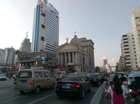 Die erste Kirche, die ich in China gesehen habe, und dann erst noch mit einem Rock n` Roll Jesus obendrauf!