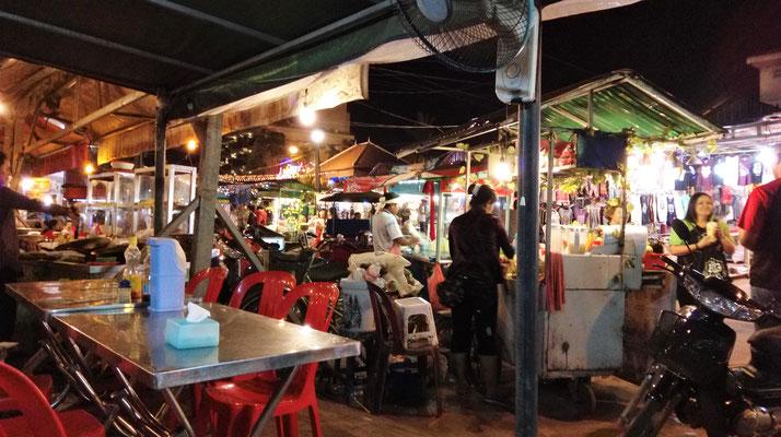 Da gibts das beste Essen in Siem Reap, einfach irgendwo an der Strasse hinsetzen :)