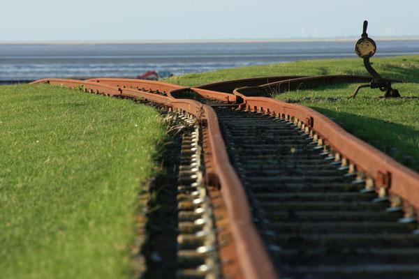 die Lorenbahn, für die Bewohner eine wichtige Verbindung zum Festland, Tagesgäste kommen übers Watt