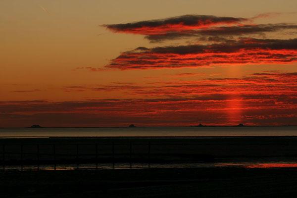 Die vier Warften von Nordstrandischmoor im Abendhimmel