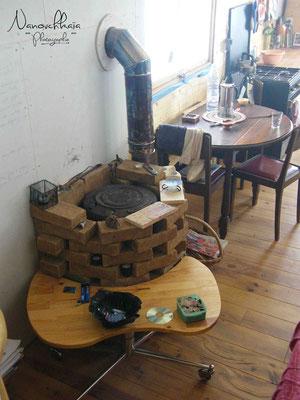 10/2009 - Le poêle est habillé en briques en terre crue pour apporter un peu de masse dans cet habitat léger (un peu trop pour l'aspect thermique).