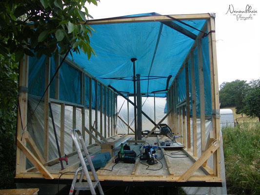 La pluie arrivant, toit de fortune... qui nous feraient croire que c'est presque déjà fini.