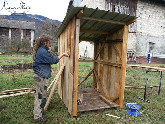 11/2009 - Création des toilettes sèches, à l'arrière de la roulotte.