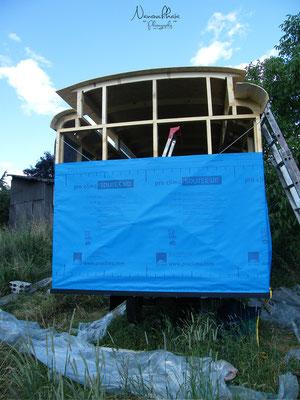 06/2009 - et contreventement en cablettes métalliques. À refaire, le choix se porterait plutôt sur un pare pluie en fibre de bois dense.