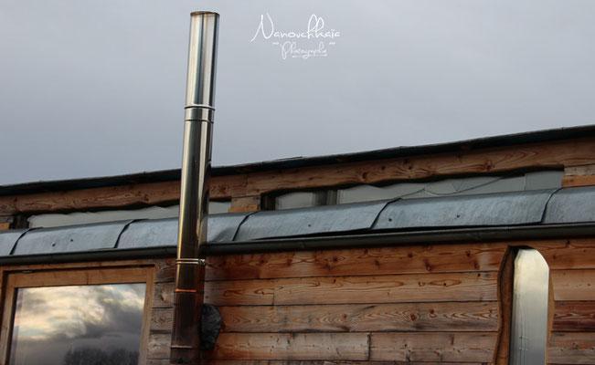 01/2012 - Détail : les bandeaux vitrés, de l'extérieur. Malheureusement, ils sont désormais cachés derrière un polycarbonate transparent, car les quarts de rond s'affaissent sous leur poids et ceci entraîne des fuites lors de fortes pluies.