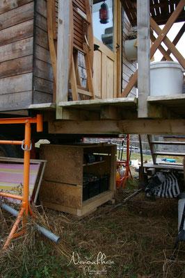01/2012 - Installation d'un parc de batterie pour stocker la production électrique photovoltaïque. Cette énergie est utilisée directement en 12V. pour alimenter l'éclairage LED et le frigo (frigo-coffre de 4x4).