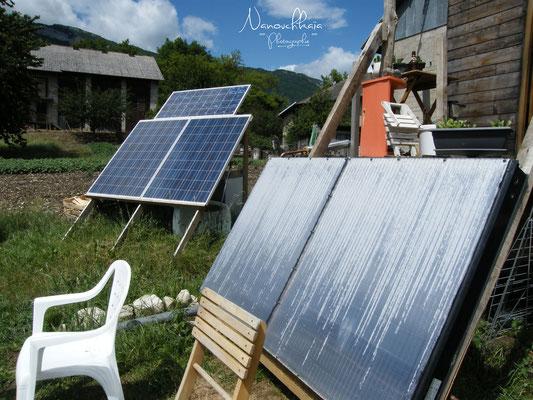 01/2012 - Installation solaire, photovoltaïque à gauche et thermique à droite.