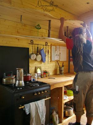 """10/2009 - Création d'étagères """"ondulantes"""" au-dessus du plan de travail : la courbe a été découpée selon la tringle à rideau."""