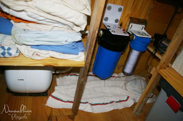 02/2011 - Système de pompage et de filtration de l'eau de pluie pour la rendre saine en usage alimentaire. Malheureusement ce système de filtration à sédiments suivie par une filtration à céramique nous a cassé 2 pompes car trop gourmand en pression.