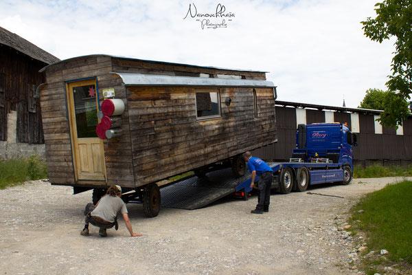 06/2013 - Déplacement de la roulotte sur un camion-plateau car le châssis s'est avéré trop fragile pour le poids de la roulotte.