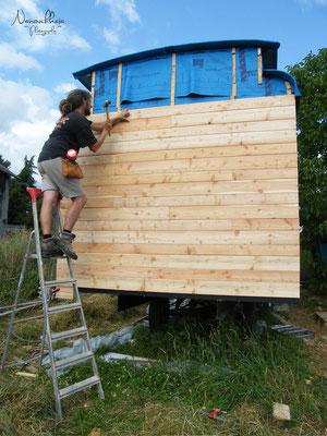 07/2009 - Bardage de l'arrière (sans fenêtre => on y remédiera peut-être un jour, c'est prévu depuis longtemps, pour faciliter les courants d'air traversants !)