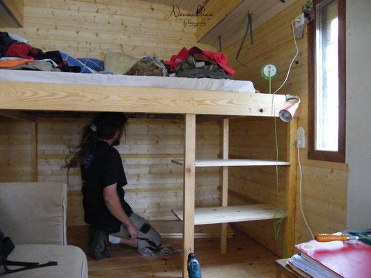 09/2009 - Et création d'un bureau devant le lit, près de la fenêtre.