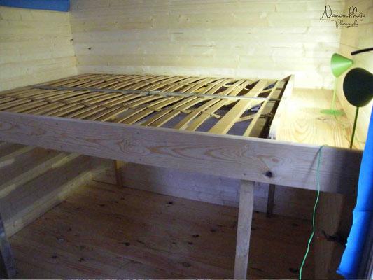 Installation du sommier : lit au-dessus, rangements en-dessous.