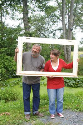Petite photo père-fille : on fabrique pas tous les jours ses fenêtres en famille !