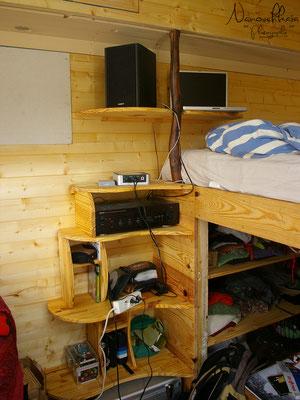 10/2009 - Création d'une bibliothèque près du lit, dans le coin salon.