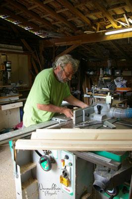 """07/2009 - Fabrication des 2 grandes fenêtres avec Jean-Pierre, qui s'ouvrent sur l'extérieur : fenêtres dites """"à soufflet""""."""