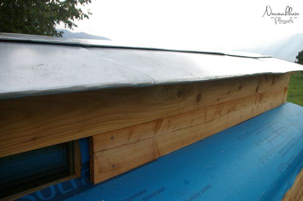 08/2009 - Avec le temps, nous constatons une faiblesse dans l'étanchéité à la jonction entre les bandeaux vitrés (vitrages récupérés de banques réfrigérées, désormais fissurés), les quarts de rond et les murs.