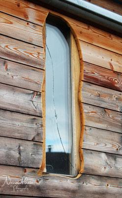 01/2012 - Détail : la fenêtre du bureau. Triple vitrage de récup' . La vitre extérieure a été fendue par un malencontreux coup de marteau. Et le bardage extérieur, non traité, qui se grise avec le temps.