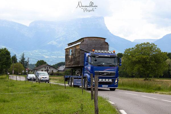 06/2013 - Les dimensions de la roulotte ont été calculées pour éviter de passer en convoi exceptionnel. Sur un long trajet, nous aurions démonté les roues et mis la roulotte sur câles.
