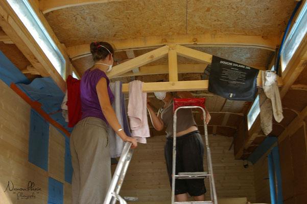 Isolation du plafond toujours en laine de bois, avec Mélanie.