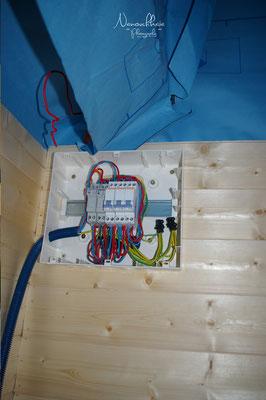 Un petit tableau électrique pour un petit habitat, mais tout de même 2 circuits : un 120V. classique, et un 12V. pour utiliser directement l'énergie solaire photovoltaïque sans perdre en conversion. Cette électricité peut alimenter frigo et éclairage.