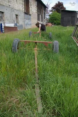 04/2009 - Finalement, la roulotte sera construite puis installée dans le jardin de la famille qui nous logeait, dans le centre du village, mais à l'abri des regards. On ne regrettera ni l'accessibilité compliquée du 1er terrain, ni les moustiques !